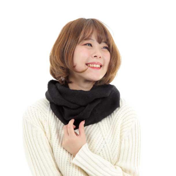 アルパカグッズを身にまとい、暖かそうにしている女性